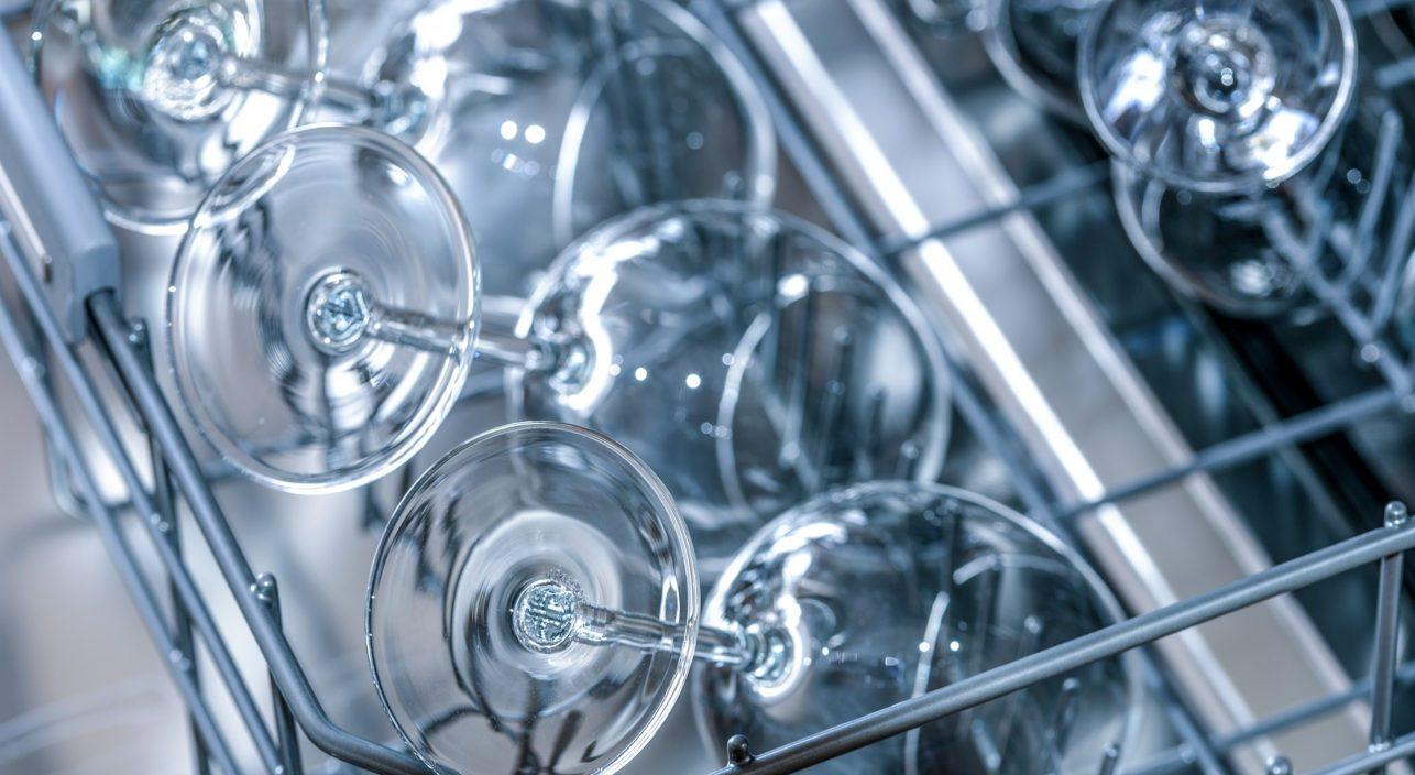 Dlaczego warto zainwestować w dobrą zmywarkę gastronomiczną?