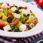 Kultowa sałatka grecka idealna na majówkę!