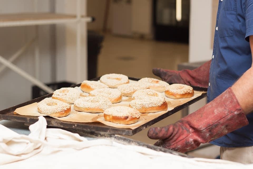 Profesjonalne rękawice piekarskie, czyli podstawowe wyposażenie każdej piekarni