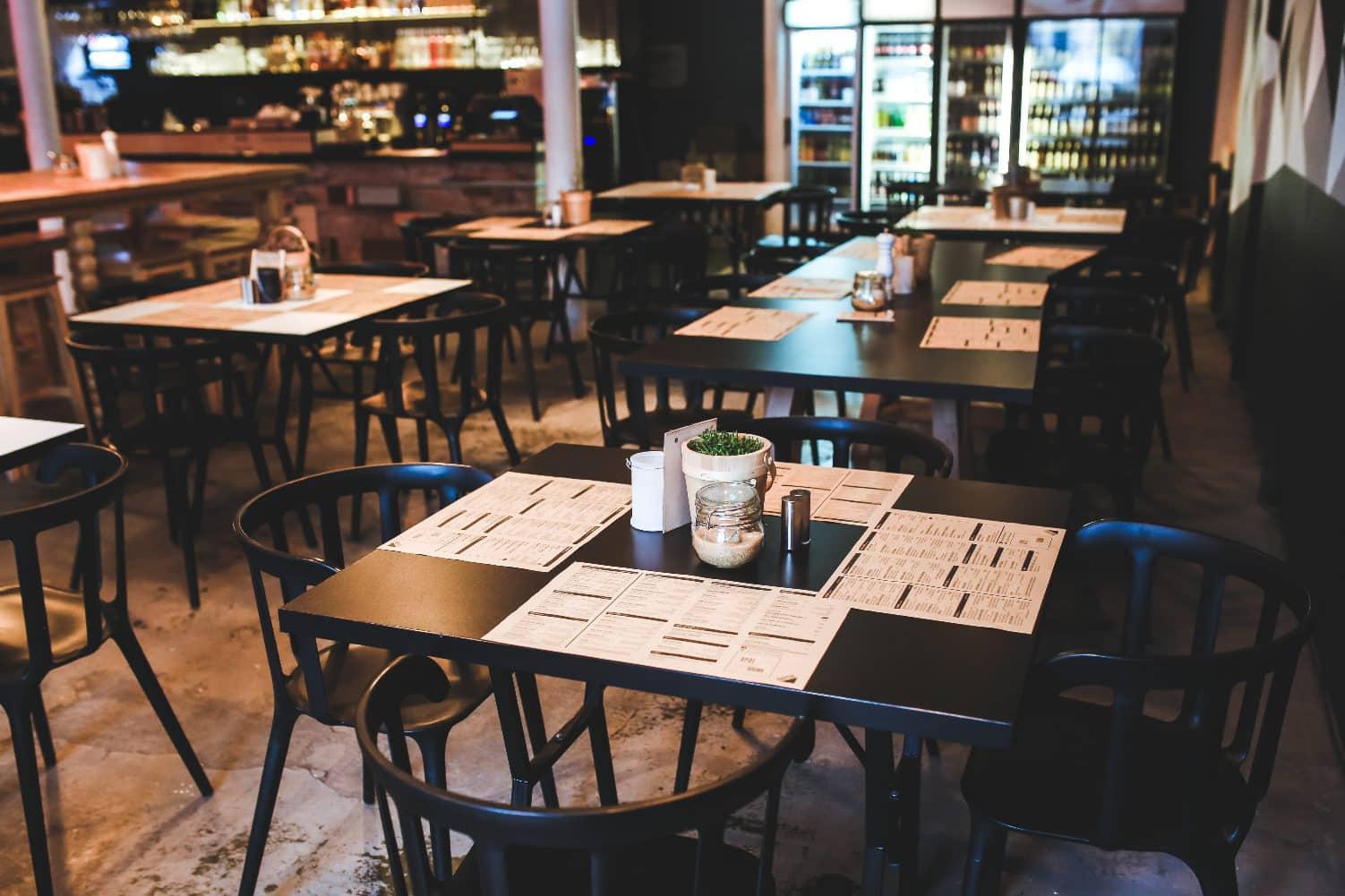 Urządzasz kawiarnię? Sprawdź jakie meble, stoliki dokawiarni warto mieć