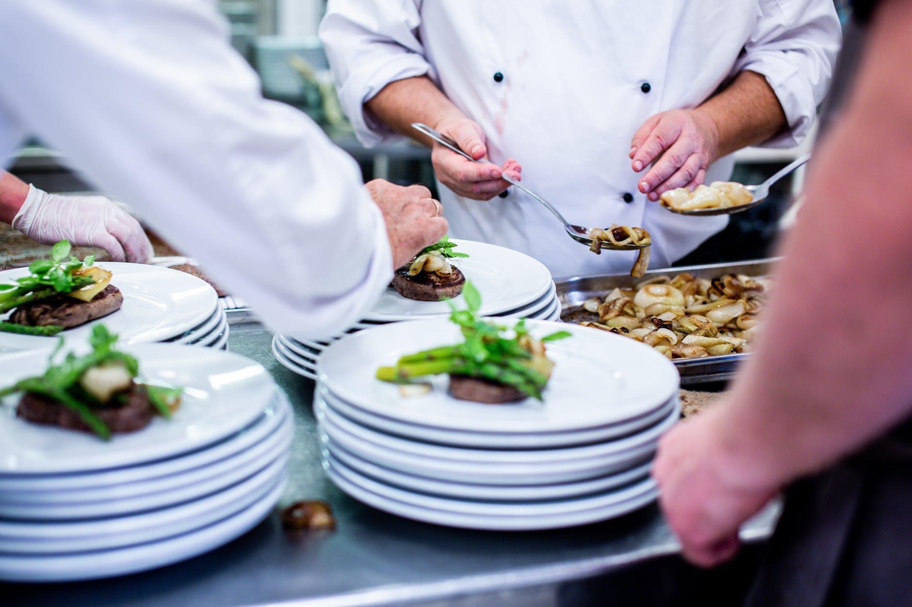 Idealny strój dla szefa kuchni – naco zwrócić uwagę?